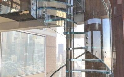 Tendencia en 2020, Escaleras de cristal con barandillas de vidrio curvado