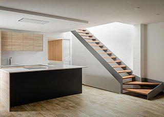 Escalera doble R con peldaños de madera RFserveis