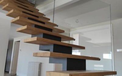 Instalación de escalera de diseño con eje central