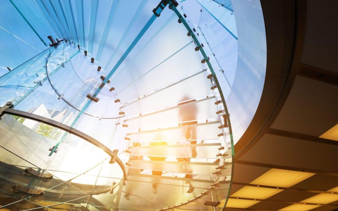 Proceso para diseñar el vidrio curvado en escaleras y barandas